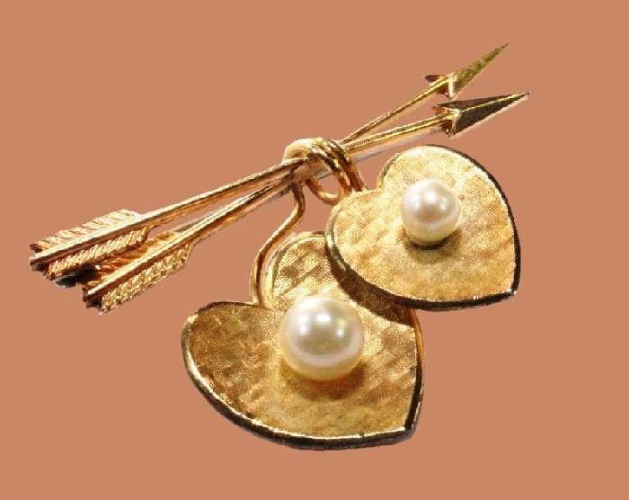 Two arrows and hearts brooch. Faux Pearls, gold tone metal