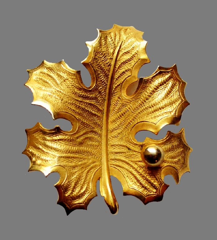 Autumn leaf brooch. Gold tone jewelry alloy, enamel