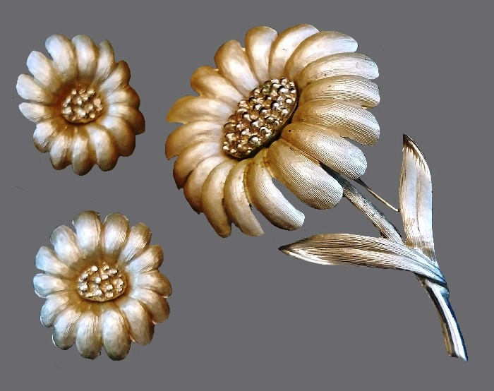 Beautiful Daisy earrings and brooch. Jewelry alloy, enamel