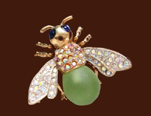 Bee brooch. Jewelry alloy, aurora borealis, glass cabochons. 3.5 cm