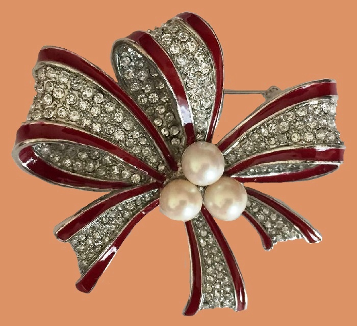 Bow vintage brooch. Metal, enamel, faux pearls, crystals. 6 cm
