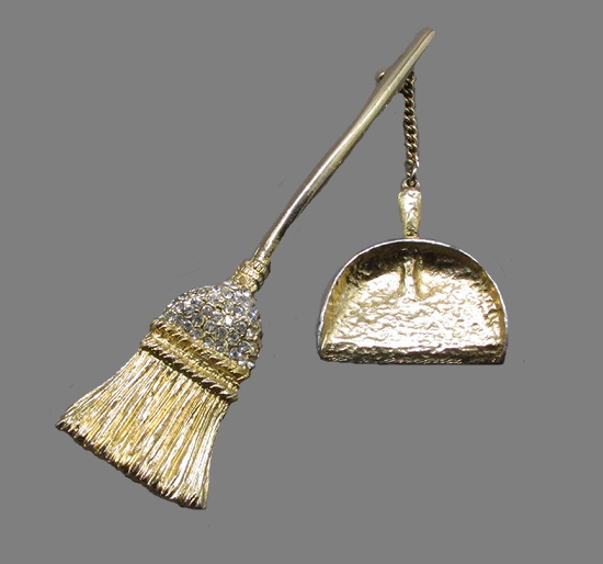 Broom and dustpan vintage brooch. Gold tone metal, rhinestones. Broom length - 8 cm, dustpan with a chain - 5 cm