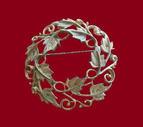 Maple Leaf wreath silver tone brooch. 4.8 cm. 1960s