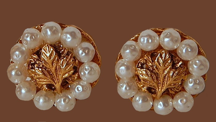 Charming clips-earrings, gold tone metal, faux pearls