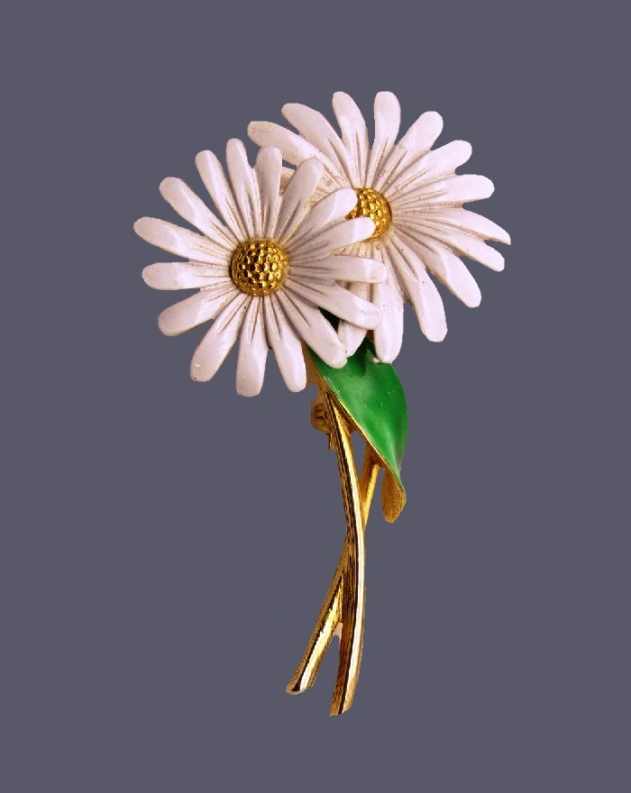 Daisy double flower brooch. Gold tone metal, enamel