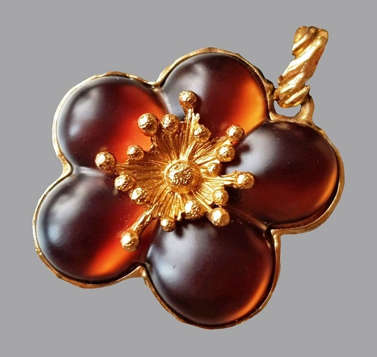 Dark amber flower. Vintage pendant on a velvet ribbon. France, 1980s. Jewelery alloy, gilding, velvet ribbon, lucite. Kenzo costume jewelry