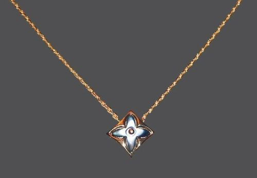 Diamond-shaped pendant. Dark mother-of-pearl, gold tone jewelery alloy. 1.5 cm