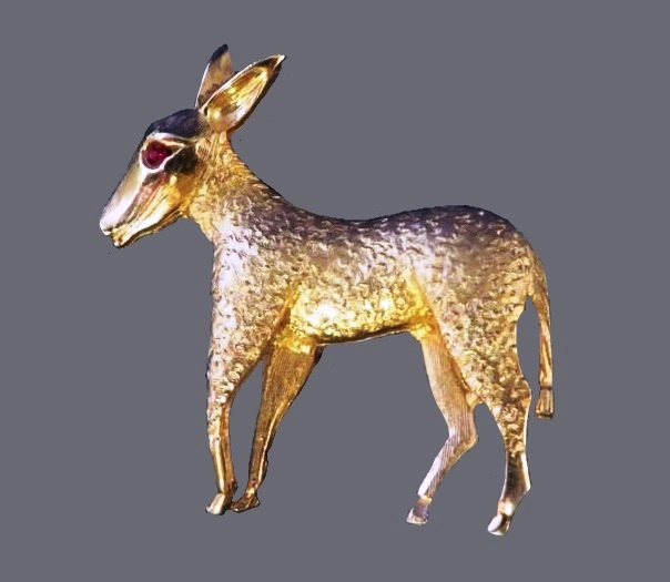Donkey brooch. Jewelry alloy of gold tone, rhinestone eye