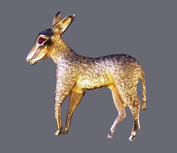 Donkey brooch. Jewelry alloy of gold tone, rhinestone eye