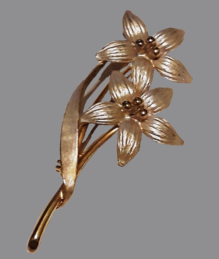 Double flower pin brooch of metal of silver and gold tone