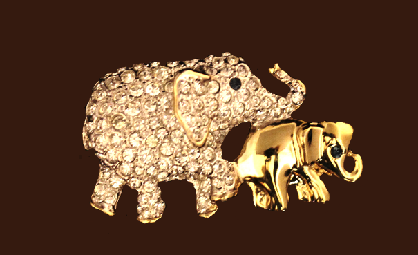 Elephant mother and baby, vintage brooch-toy. Jewelry alloy, crystals. 3.5 cm