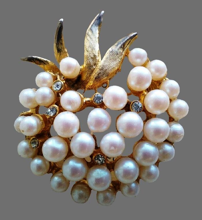 Faux pearl brooch. Jewelry alloy, rhinestones. 6 cm