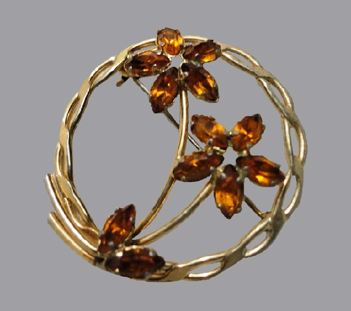 Floral design brooch. 1940s. 12 K Gold plated, crystals