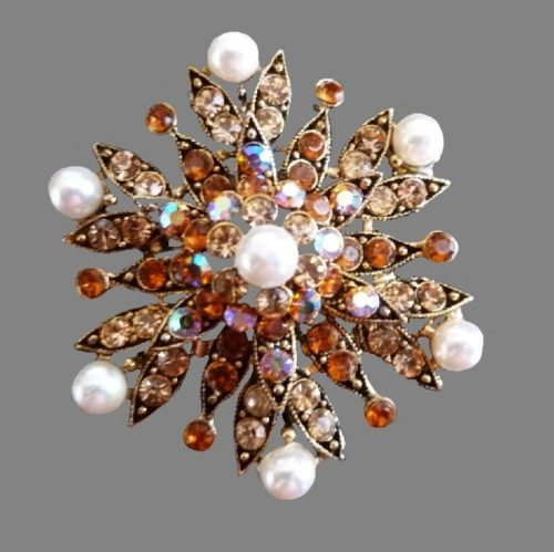 Floral design brooch. Jewelry alloy of gold tone, rhinestones, faux pearl