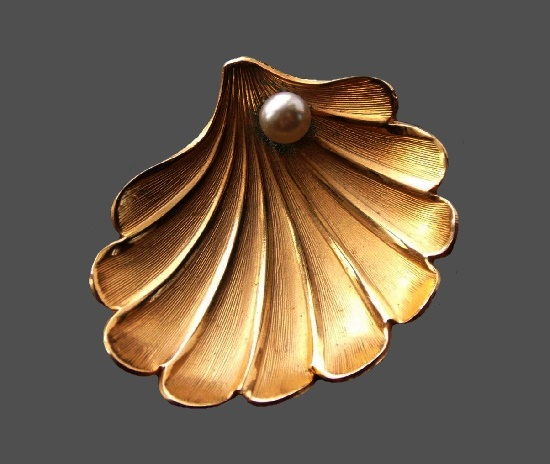 Shell with pearl gold tone brooch. 4 cm. 1970s