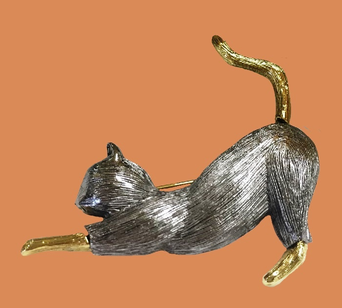 Kitty brooch. Jewelry alloy of gold tone, textured. 5 cm