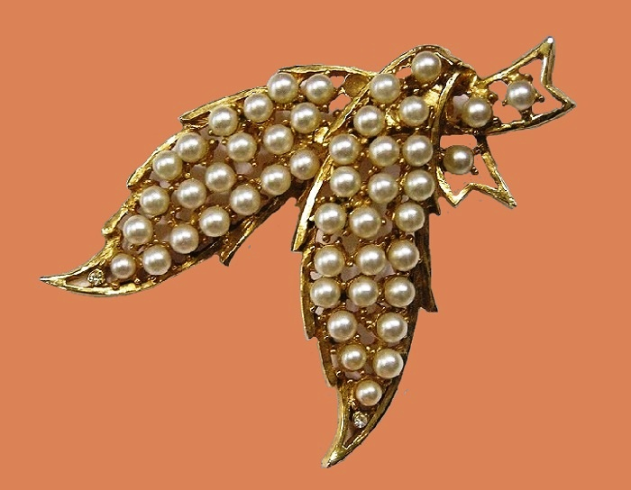 Leaves vintage brooch. Jewelry alloy of gold tone, faux pearls