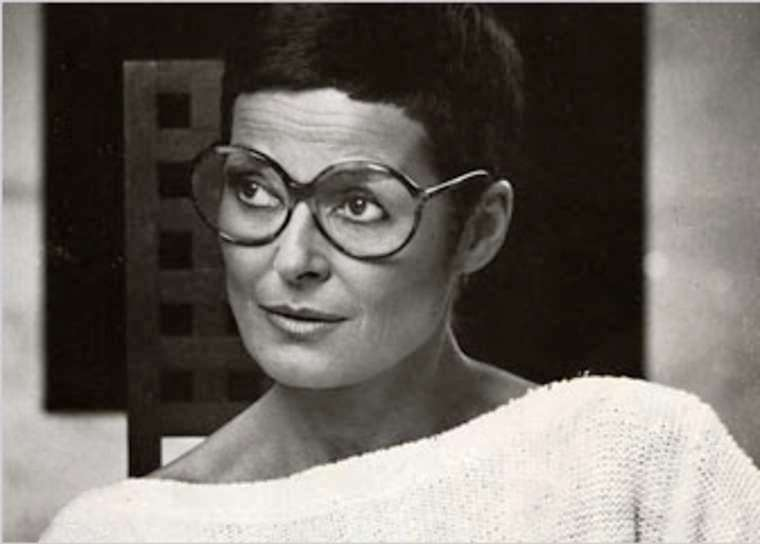 Liz Claiborne herself, who became the symbol of many business women, worked until the last days of her life (she died of cancer) and handed over her empire to children - relatives and adoptees