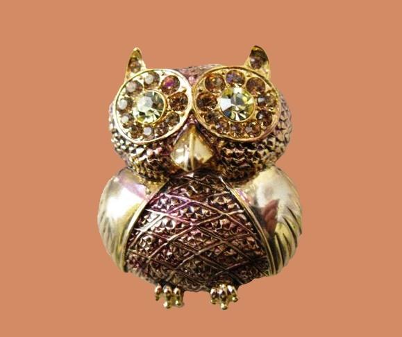 Owl vintage brooch. Gold tone metal, rhinestones