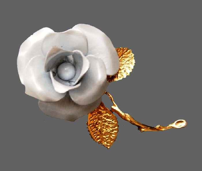 Pink rose brooch. Jewelry alloy of gold tone, enamel