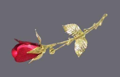 Red flower brooch. Goldtone metal, enamel