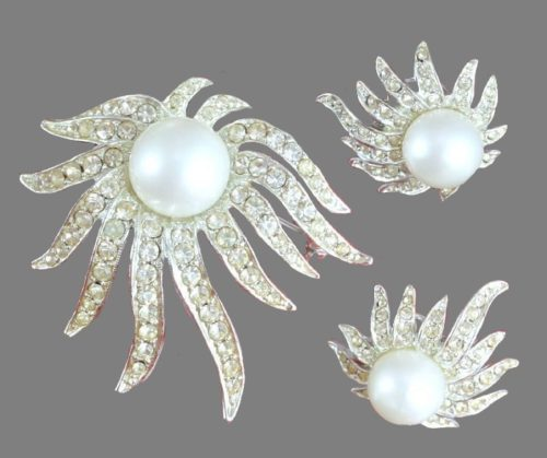 Sublime Star set of brooch and earrings. Silver tone metal, rhinestones