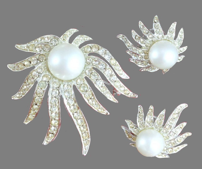Sublime Star set of brooch and earrings. Silver tone metal, rhinestones