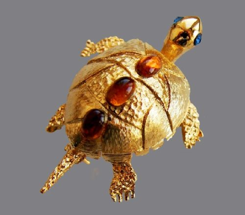 Tortoise vintage brooch. Jewelry alloy, art glass. 1970s. 3.3 x 5 cm