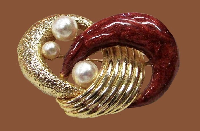 Brown enamel knot shaped brooch decorated with three faux pearls
