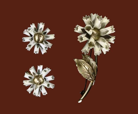 Carnation brooch and earrings. Gold plated, jewelery alloy, enamel