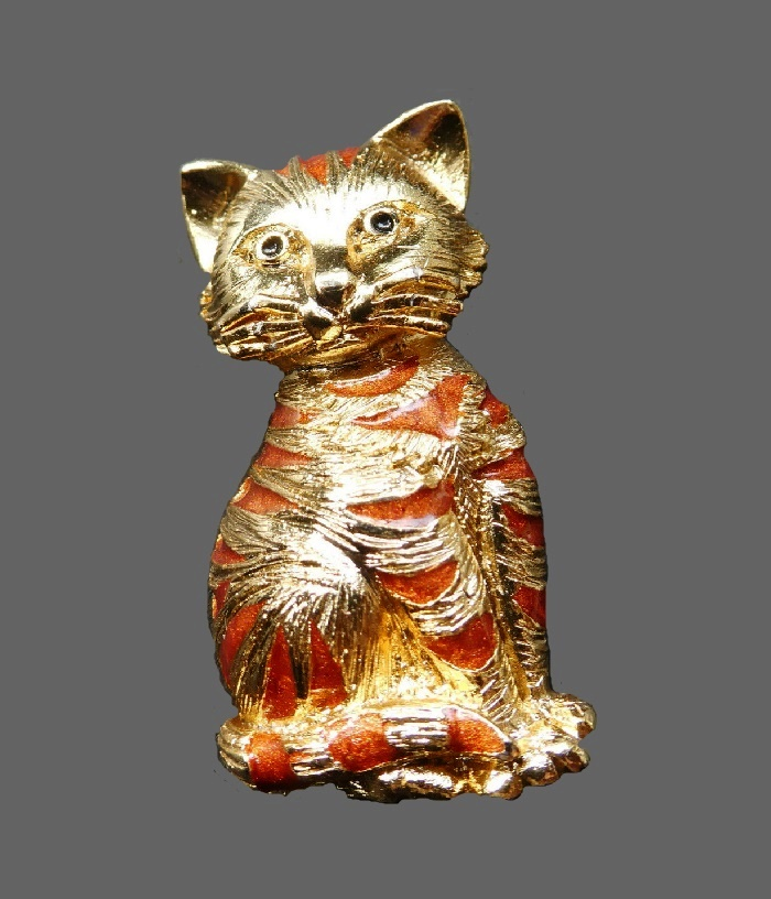 Cat brooch of gold tone metal