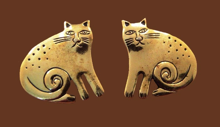 Cat earrings of gold tone