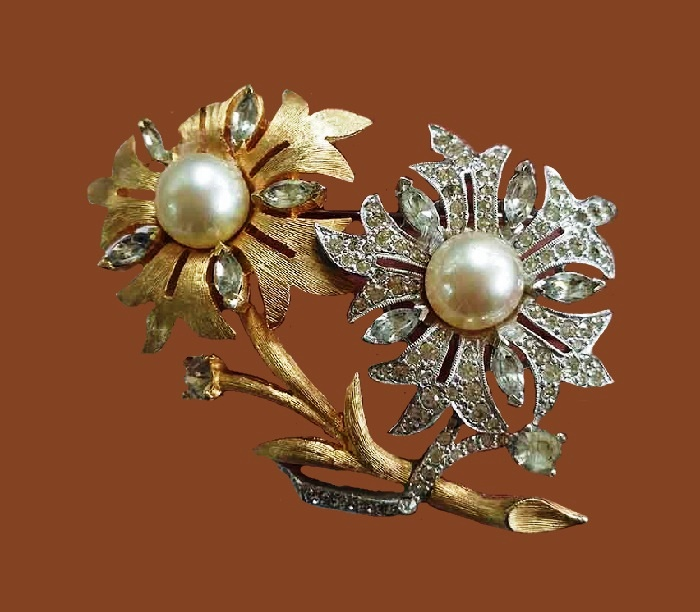 'Diamons and gold' flowers brooch. Jewelry alloy, gold plated, crystals. 6 cm