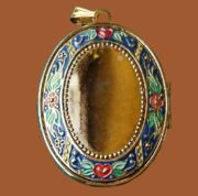 Enamelled Medallion. Inside, the inscription 'The Love between a mother and child is a priceless treasure'. Hallmark Cards.Inc marking