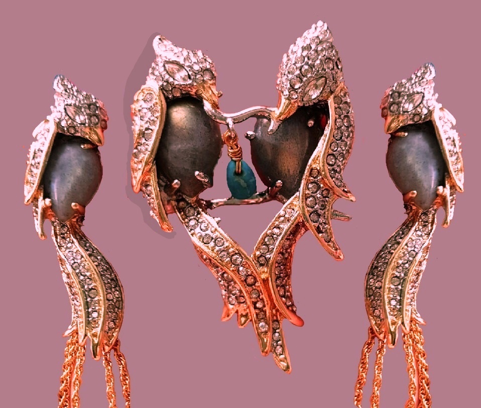 Exotic bird vintage pendant and clips. Jewelry alloy, semi-precious stones, lucite, Swarovski crystals. 10 cm