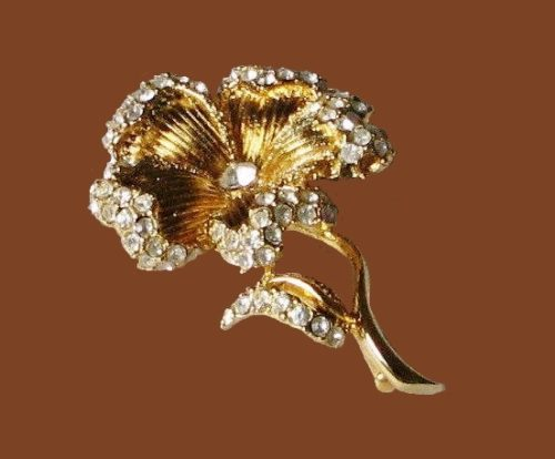 Exquisite flower pin brooch of gold tone, crystals, rhinestones