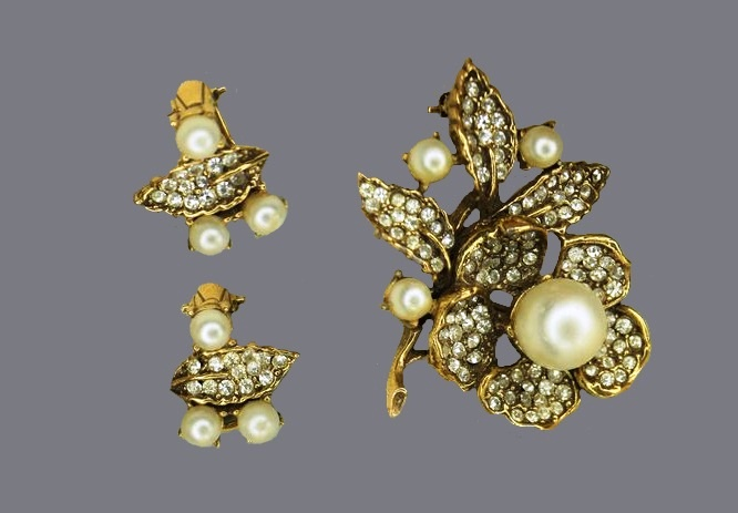 Faux pearl and rhinestones vintage set of earrings and brooch