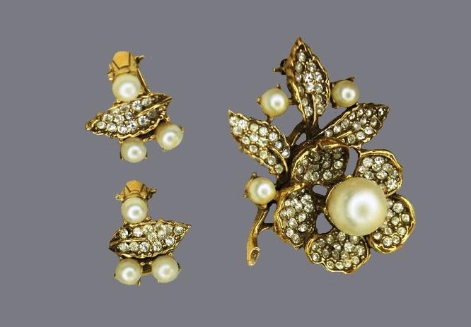 Faux pearl and rhinestones vintage set of earrings and brooch