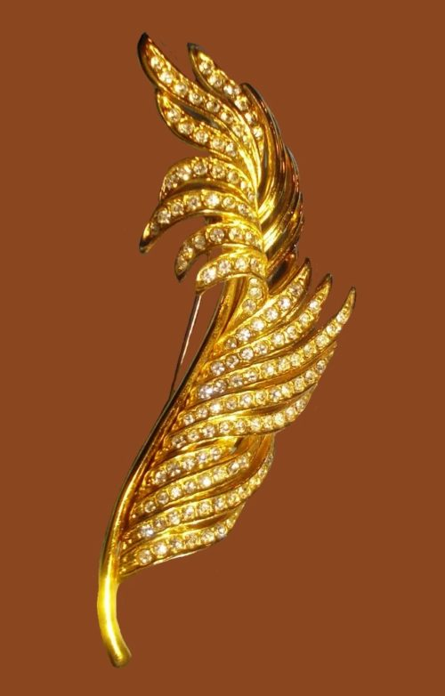 Feather brooch. Gold tone metal, rhinestones
