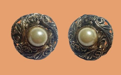 Filigree faux pearl round shaped earrings