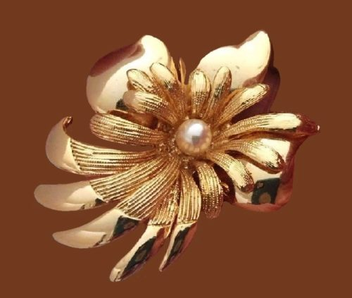 Flower brooch of gold tone, textured metal, faux pearl