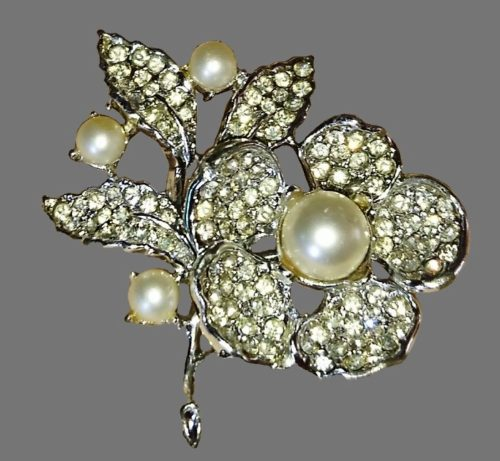 Flower brooch. Silver tone jewelry alloy, Faux pearls and crystals. 4.5 cm