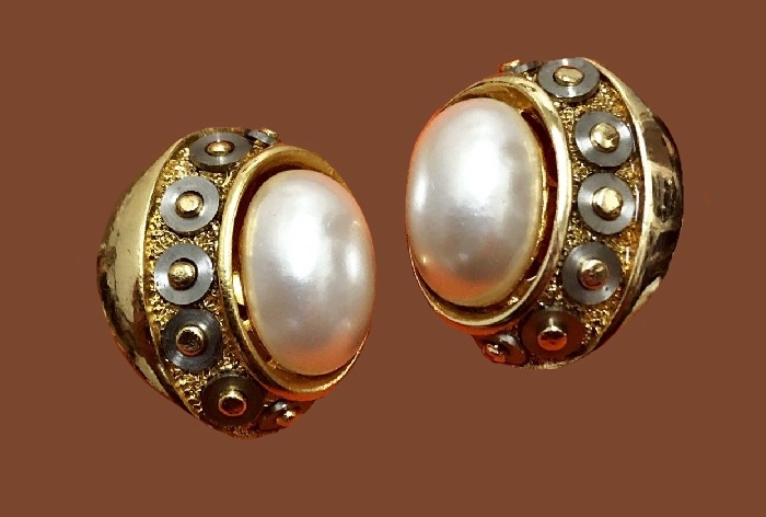 Gorgeous gold tone round earrings with pearl in the center