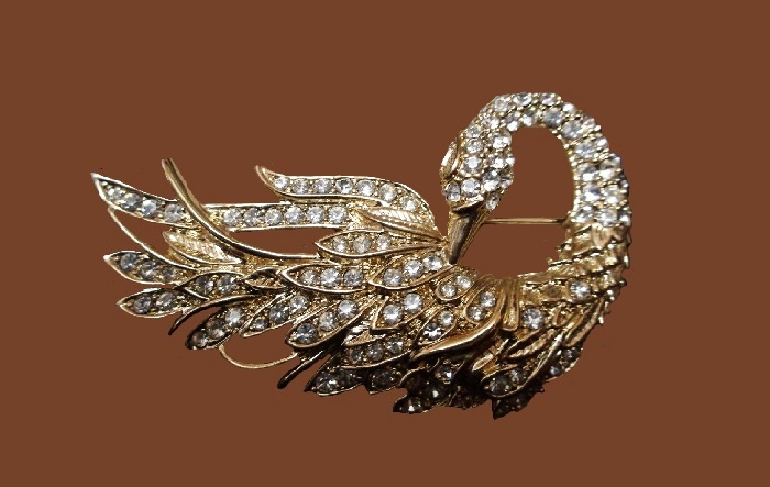 Gorgeous sparkling Swan brooch