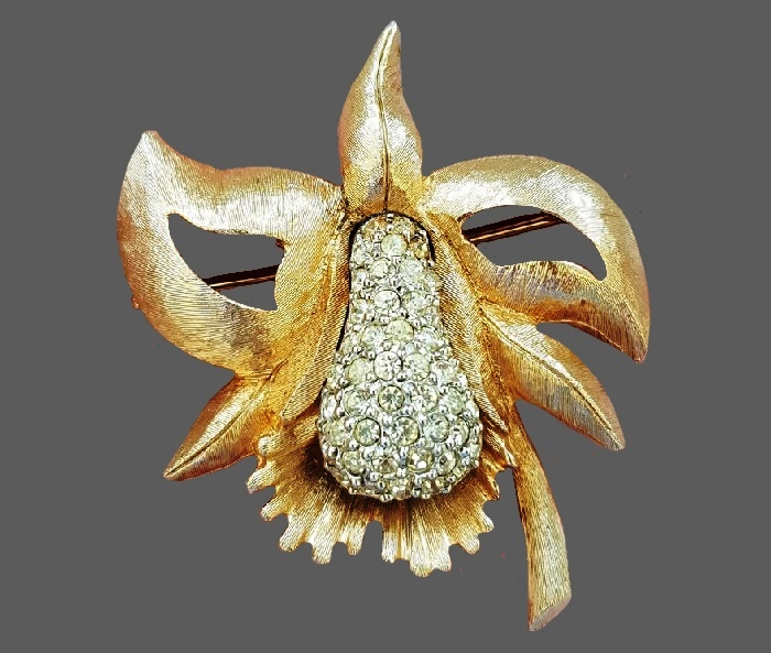 Juicy pear brooch. Jewelry alloy, Swarovski crystals. 5.5 cm