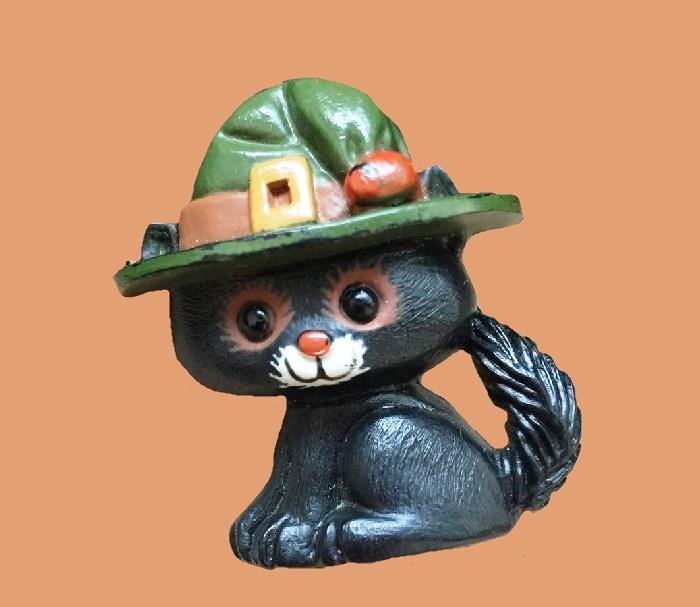 Kitten in a hat plastic brooch. 4.3 cm