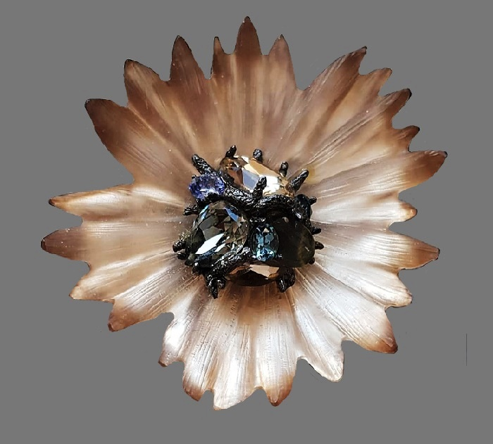 Large flower brooch of lucite and crystals. 9 cm