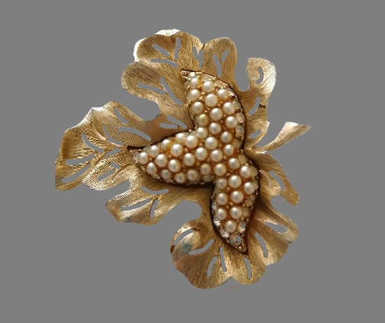 Leaf brooch. Gold tone textured metal, faux pearls, rhinestones. 1960s. 6 cm