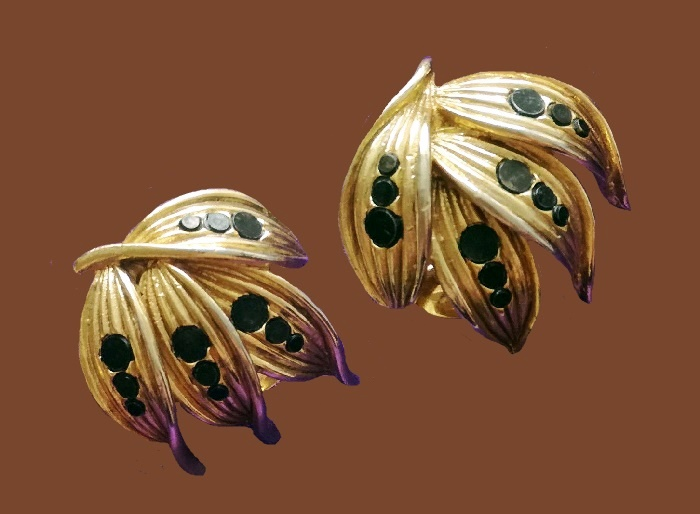 Leaf round shaped earrings of gold tone metal, decorated with plastic inserts