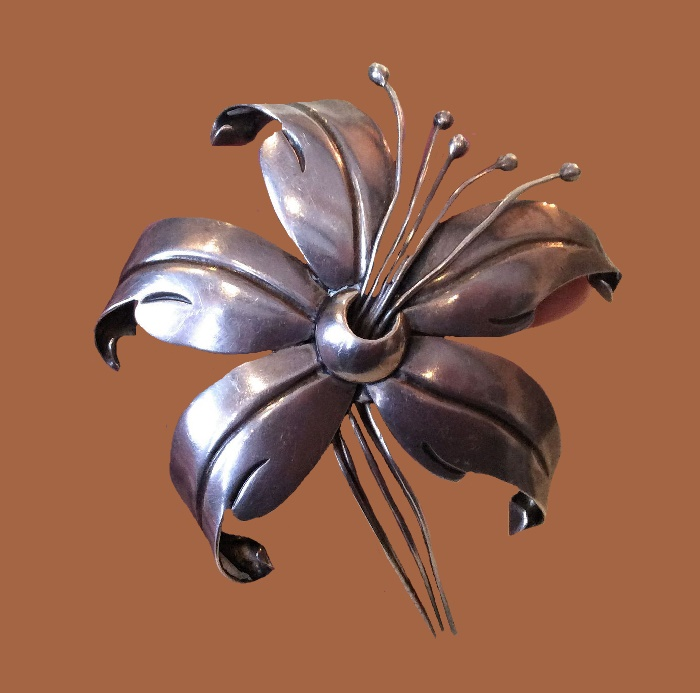 Lily silver brooch signed Anton, Mexico, 1940s. 7 cm